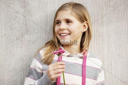 Ein Mädchen freut sich über eine Blume